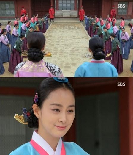 Le retour de Jang Ok Jeong à la cour en tant que TteukByul SangGoong, un titre attribué aux GoongNyeo qui ont obtenu la faveur du roi.  Dans le k-drama, Jang Ok Jeong revient alors que la mère du roi est encore vivante.
