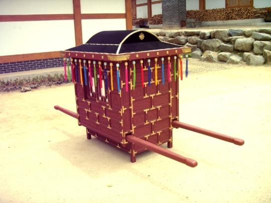 Un exemple de palanquin couvert, utilisé communément par l'ensemble des femmes.
