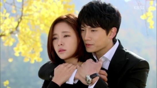 Hwang Jeung Eum a été accusée, à la place de son ancien amoureux, d'avoir tué l'ancienne amoureuse de Ji Sung (méga over blindé). Ils tombent amoureux.