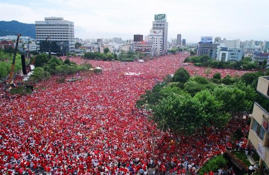 Les Red Devils, les supporters de foot coréens, pendant la coupe du monde 2012